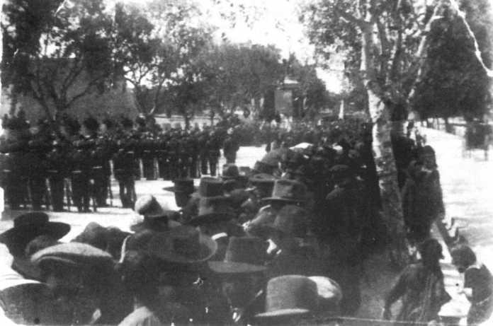 Monumento a Vara de Rey. Una multitud presencia las tropas formadas en el paseo de Vara de Rey durante la ceremonia de inauguración
