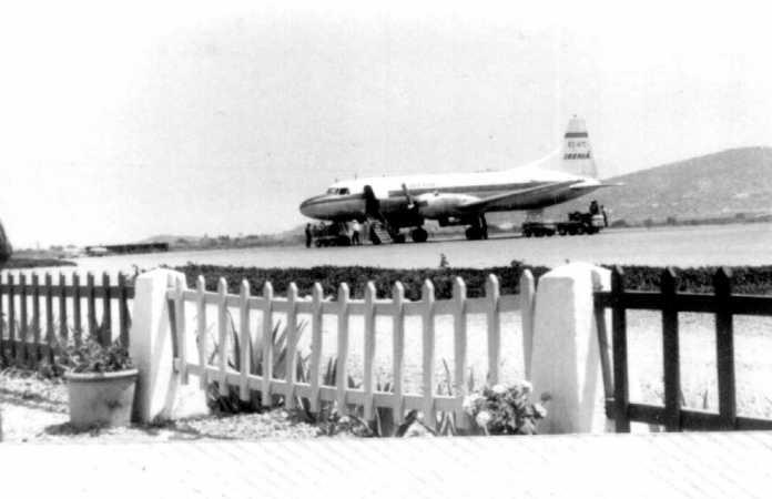 Un avión en el aeropuerto de Ibiza