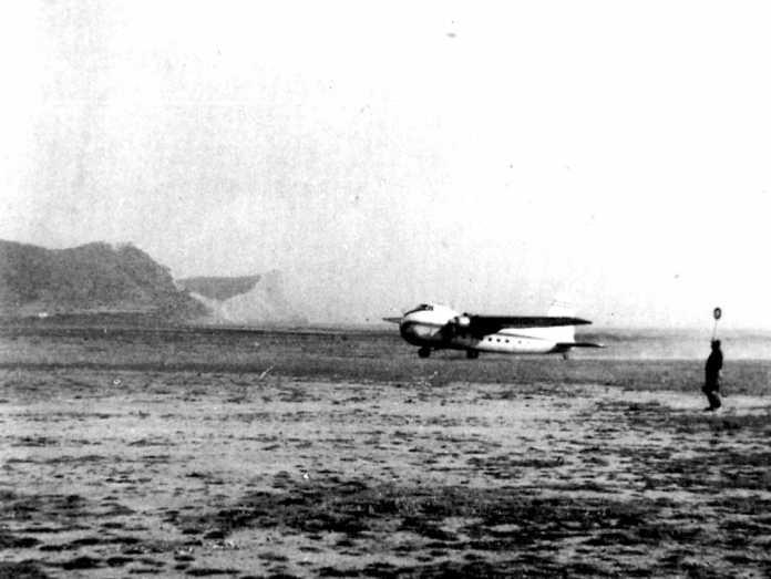 Aspecto del aeródromo de es Codolar, con un avión de pasajeros
