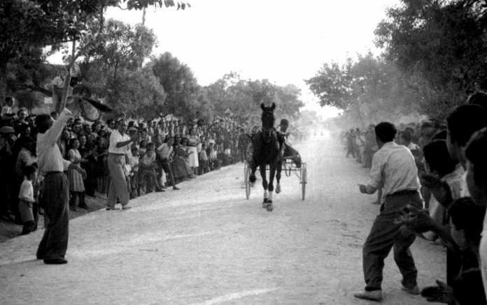Momento de la llegada a meta de uno de los participantes en la carrera