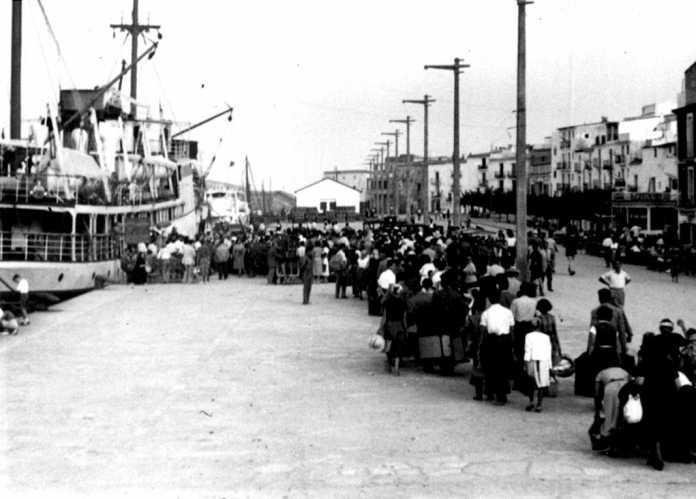 Una imagen de pasajeros embarcando en el Ciudad de Mahón, en el puerto