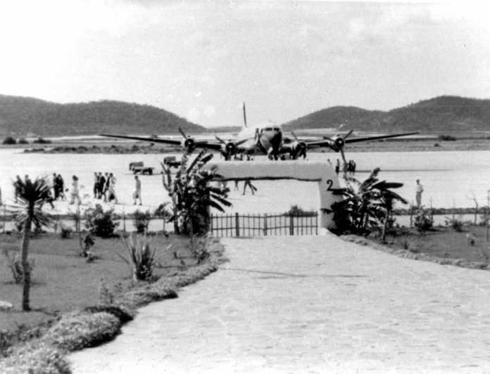 Un avión cuatrimotor, en el aeropuerto