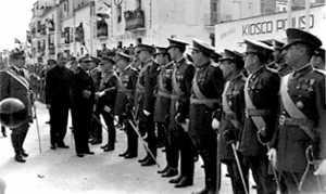 Su Excelencia saluda al elemento militar congregado en el puerto