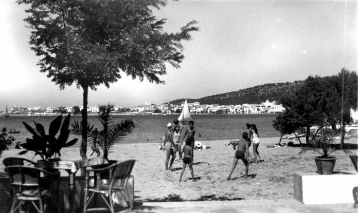 Algunos turistas en la playa frente al Hotel Savines (Sant Antoni)