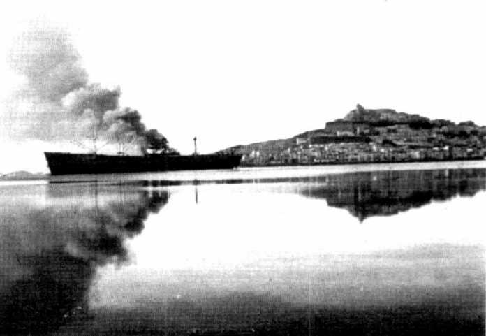El buque Floran, mientras era pasto de las llamas en el puerto de Ibiza