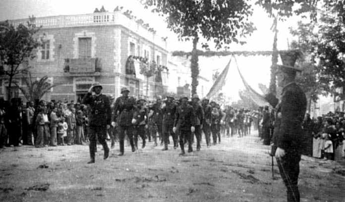 Desfile militar en la calle San Jaime, en Santa Eulalia