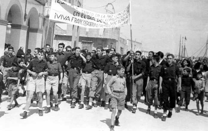 Un momento del desfile en los andenes del puerto de Ibiza