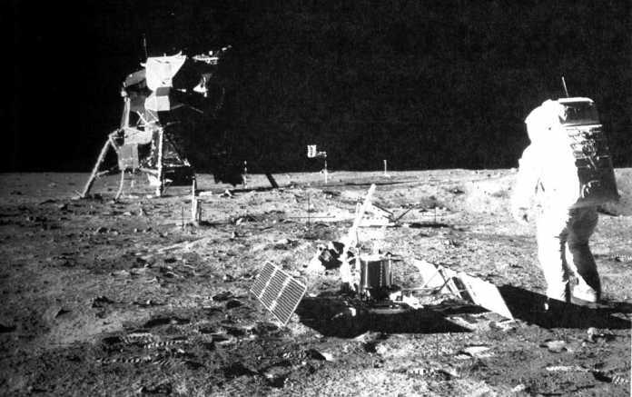 El astronauta Buzz Aldrin, con el módulo lunar Eagle, que se posó sobre la superficie de la Luna