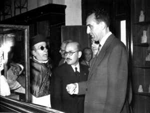 Isidoro Macabich (con gafas oscuras) mostrando el busto de Tanit al ministro