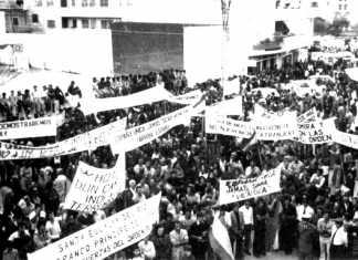 Parte del público congregado ante la Delegación del Gobierno