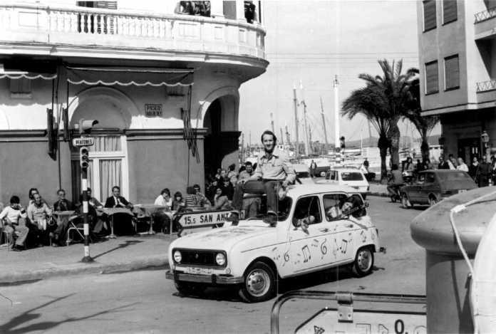 El cantante, a bordo de un 4L por las calles de la ciudad. Arxiu d'Imatge i So. CIEF.
