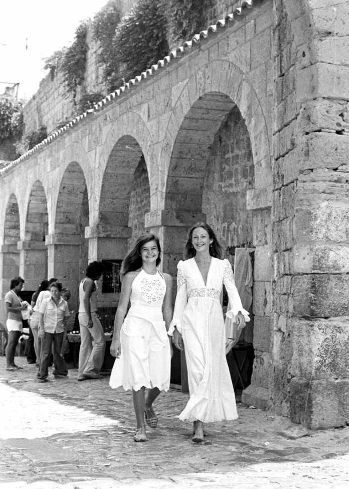 Dos jóvenes luciendo modelos Adlib. Arxiu d'Imatge i So. Consell Insular.