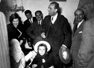 Simpática imagen del señor Ruiz Giménez con una joven payesa