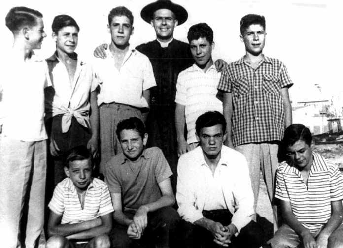 El padre Morey, junto a un grupo de muchachos
