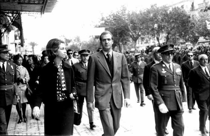 Don Juan Carlos y Doña Sofía, pasando frente a Ebusus. Arxiu d'Imatge i So. Consell Insular.