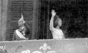 Los reyes son aclamados por el pueblo desde el Palacio de Oriente