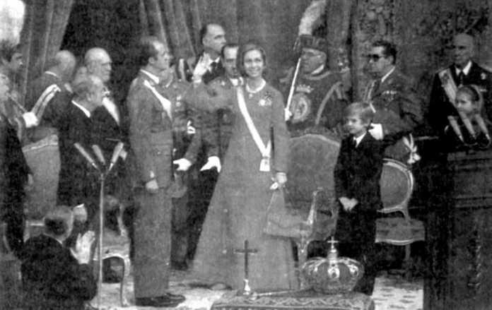 Los reyes de España, don Juan Carlos y doña Sofía, junto al príncipe Felipe, saludan a los procuradores en el palacio de las Cortes de Madrid