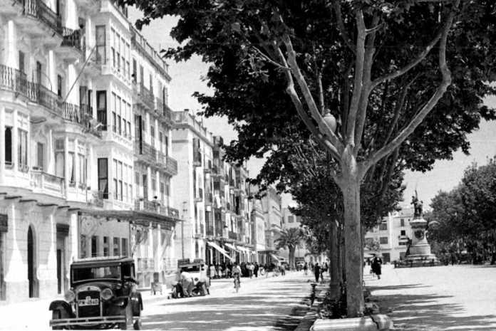 Varios automóviles en una de las calles del paseo de Vara de Rey