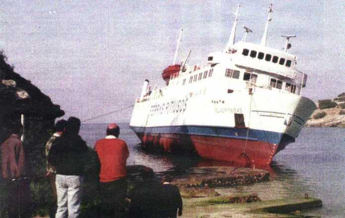 El 'ferry' 'Islas Pitiusas' en la cala.