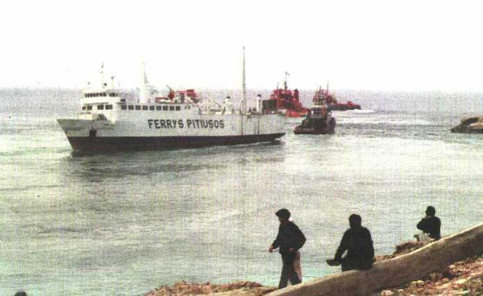 Los tres remolcadores tras lograr sacar al 'Islas Pitiusas' de Cala Salada.