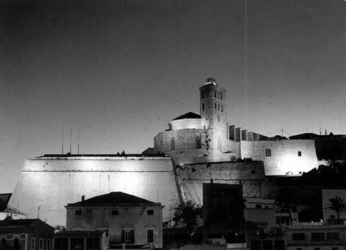 Las murallas de Ibiza iluminadas
