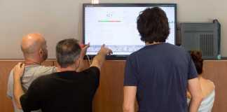 Transformación digital. Varios redactores observan la pantalla que muestra en tiempo real qué leen los usuarios en la web de Diario de Ibiza. Toni Escobar