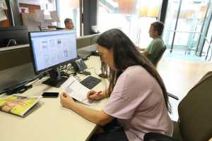 Elena González, redactora de cierre, corrige una página. Vicent Marí