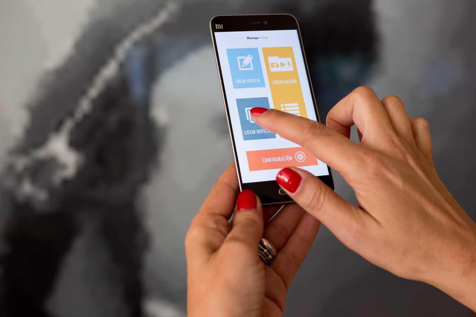 Una redactora prepara una noticia para la web en la app del móvil. Toni Escobar