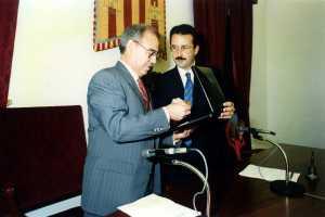El alcalde Fajarnés entrega la Medalla de Oro de Vila a Jesús Prado. M. Copa