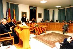 El conseller de Cultura, Joan Marí Tur, defiende ante el pleno del Consell los méritos que justificaban la distinción, otorgada por unanimidad.fi