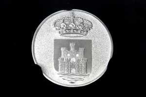 La Medalla de Oro del Ayuntamiento de Eivissa, con el escudo de la ciudad en el anverso y una inscripción conmemorativa en su reverso.