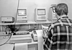 Arriba, los primeros servidores Apple Macintosh; abajo, los teletipos que recibían las noticias de las agencias. Archivo DI