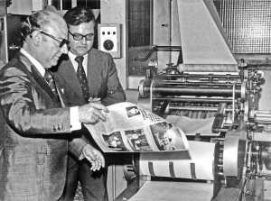 La primera rotativa del Diario se instaló en julio 1975. En la imagen del acto inaugural, el ministro de Información y Turismo, León Herrera, sostiene un ejemplar recién salido de la máquina junto al entonces editor y director del periódico, Francisco Verdera. Buil Mayral