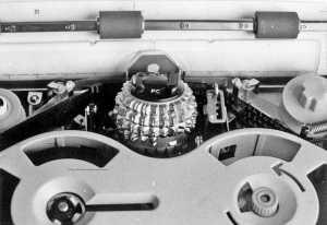 Detalle de la primera máquina de composición electrónica, con la esfera que contenía la tipografía. Archivo DI