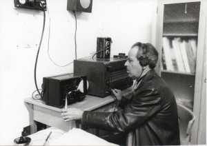 Pedro Mas junto al equipo de recepción morse por el cual se recibían las informaciones, que tiene ya incorporado el teleimpresor Hell que convertía las señales en texto.