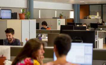 Vista de la redacción, en el primer piso de Diario de Ibiza. A la izquierda, la pantalla que muestra en tiempo real el consumo de la web. Toni Escobar