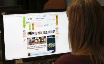 La maquetadora Rosa Mayans observa la web de Es Diari, cuya apertura a dos columnas es la noticia de un suceso. Vicent Marí
