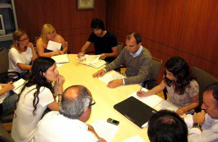 Reunión de periodistas de papel y web en las elecciones de 2011 con un invitado especial: Juanma Costa, candidato de Sa Unió (con jersey). Es Diari invitó a candidatos a que participaran en la elaboración del periódico. L. Portero
