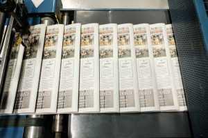Una fila de diarios rumbo a la apiladora y la flejadora, que se encarga de atarlos. Sergio G. Cañizares