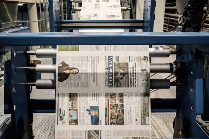 Las bobinas de papel ya impresas pasan a toda velocidad por los cilindros y engranajes de la rotativa. fotos: Sergio G. Cañizares