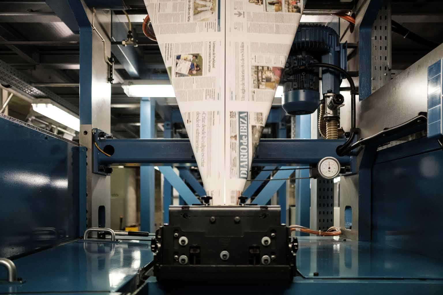 Una vez impreso el papel, entra en la plegadora, que lo pliega, corta y convierte en un diario. fotos: Sergio G. Cañizares