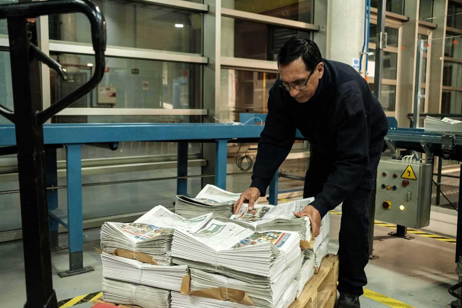 Una vez atados, los diarios esperan a los distribuidores, que los llevarán a los puntos de venta.fotos: Sergio G. Cañizares