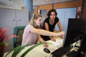 Las redactoras del departamento comercial Ester Vila y Carmen Pi. V. M.