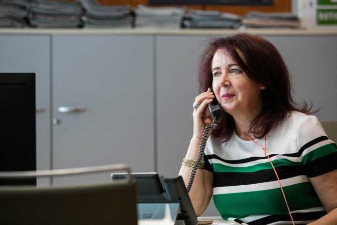 Suscriptores. María Ruiz, responsable de distribución, atiende a un suscriptor. Vicent Marí