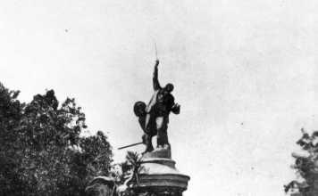 Historias gráficas. 1904: El rey Alfonso XIII inaugura el monumento a Vara de Rey. Lacoste