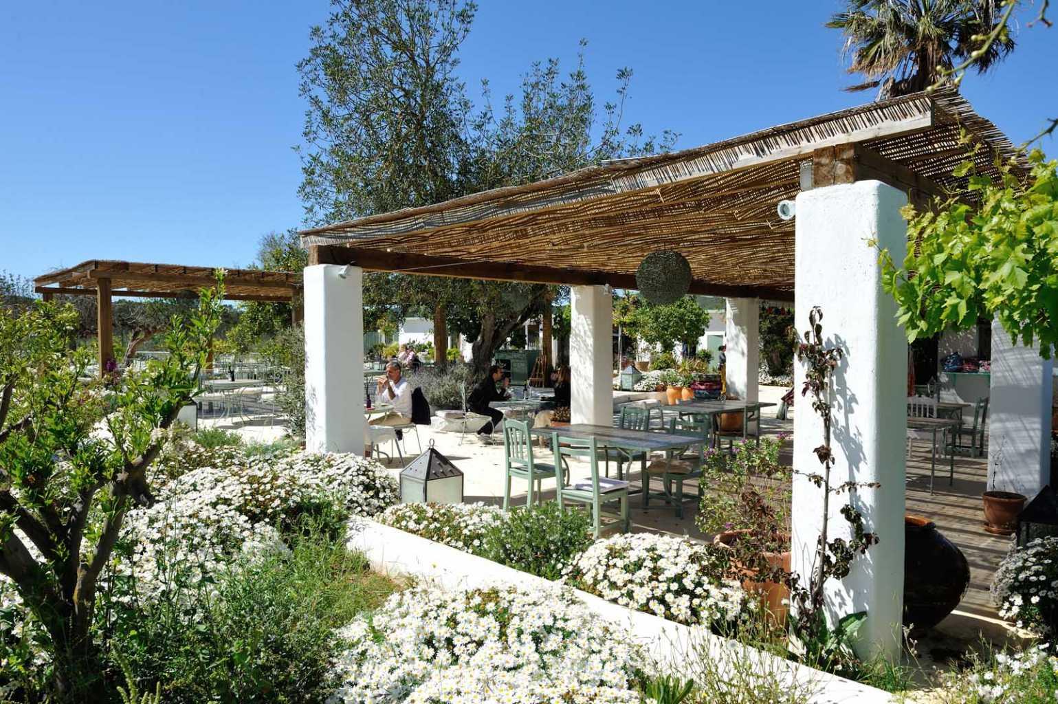 El restaurante Aubergine, ubicado en Santa Gertrudis, se fundó en 2014 y junto a Atzaró Beach Restaurant y el Chiringuito de Cala Nova, está coordinado por Ángeles Guasch, la más pequeña de los tres hermanos que fundaron con Philip Gonda el Grupo Atzaró hace 14 años.
