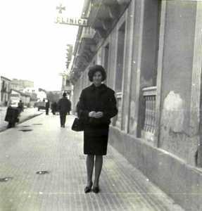 Rosario San Julián posa ante la fachada de la primera clínica Vilás.