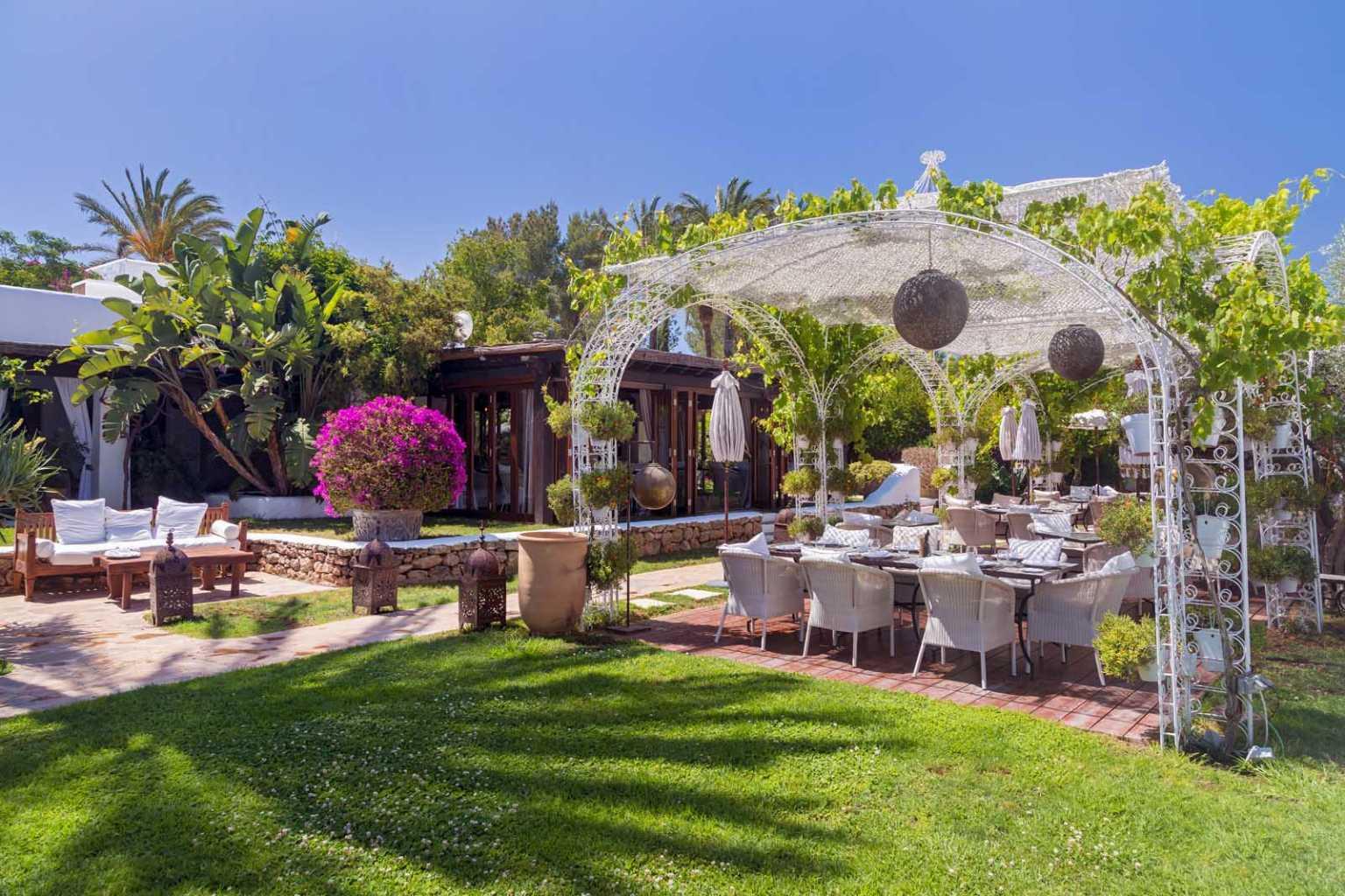 El restaurante Veranda ofrece platos innovadores con raíces mediterráneas elaborados con productos frescos recién cogidos de su huerta.