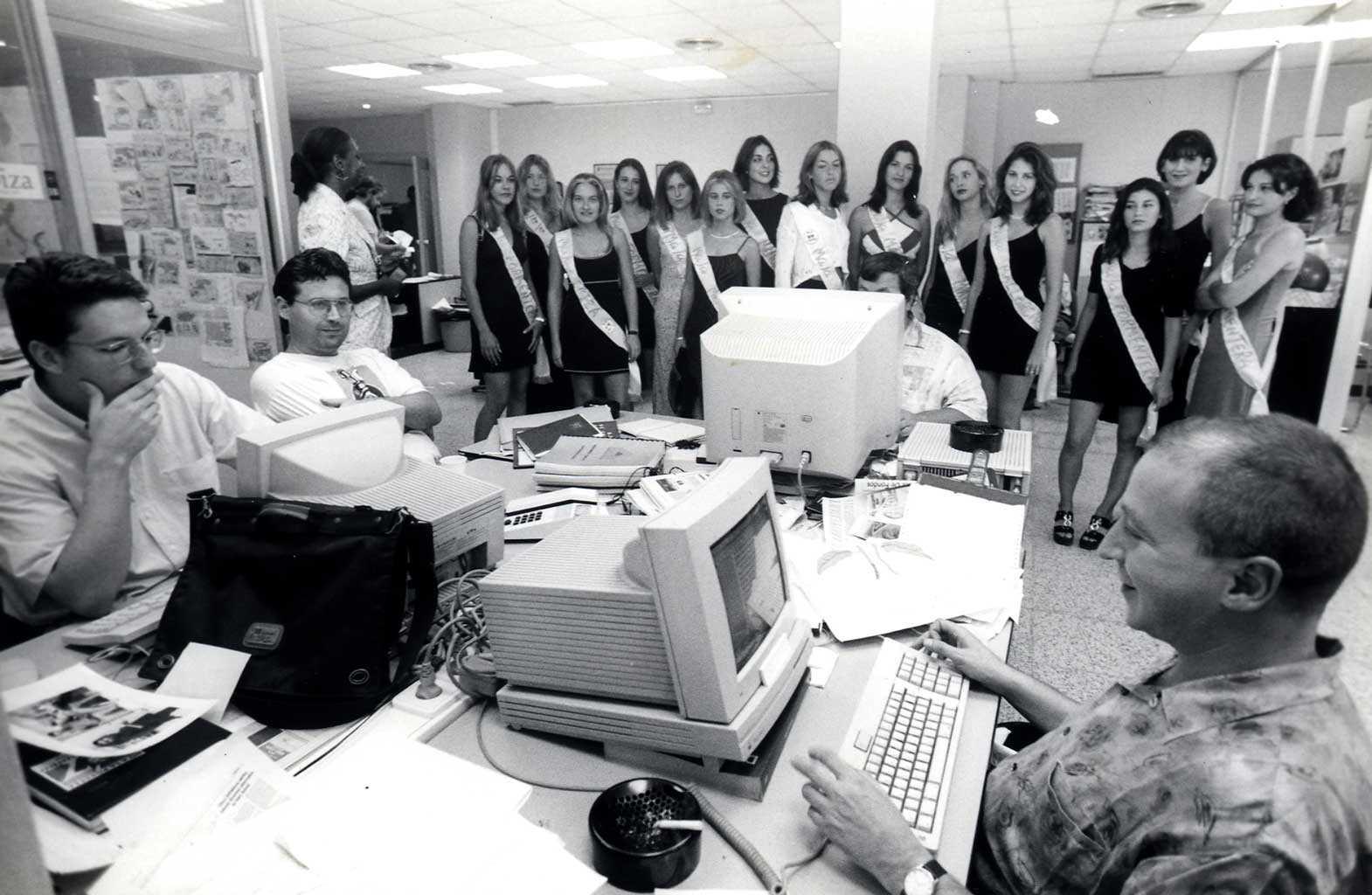 Visita de las Majas de Ibiza a la redacción del diario de Fray Vicente Nicolás en 1997. Moisés Copa