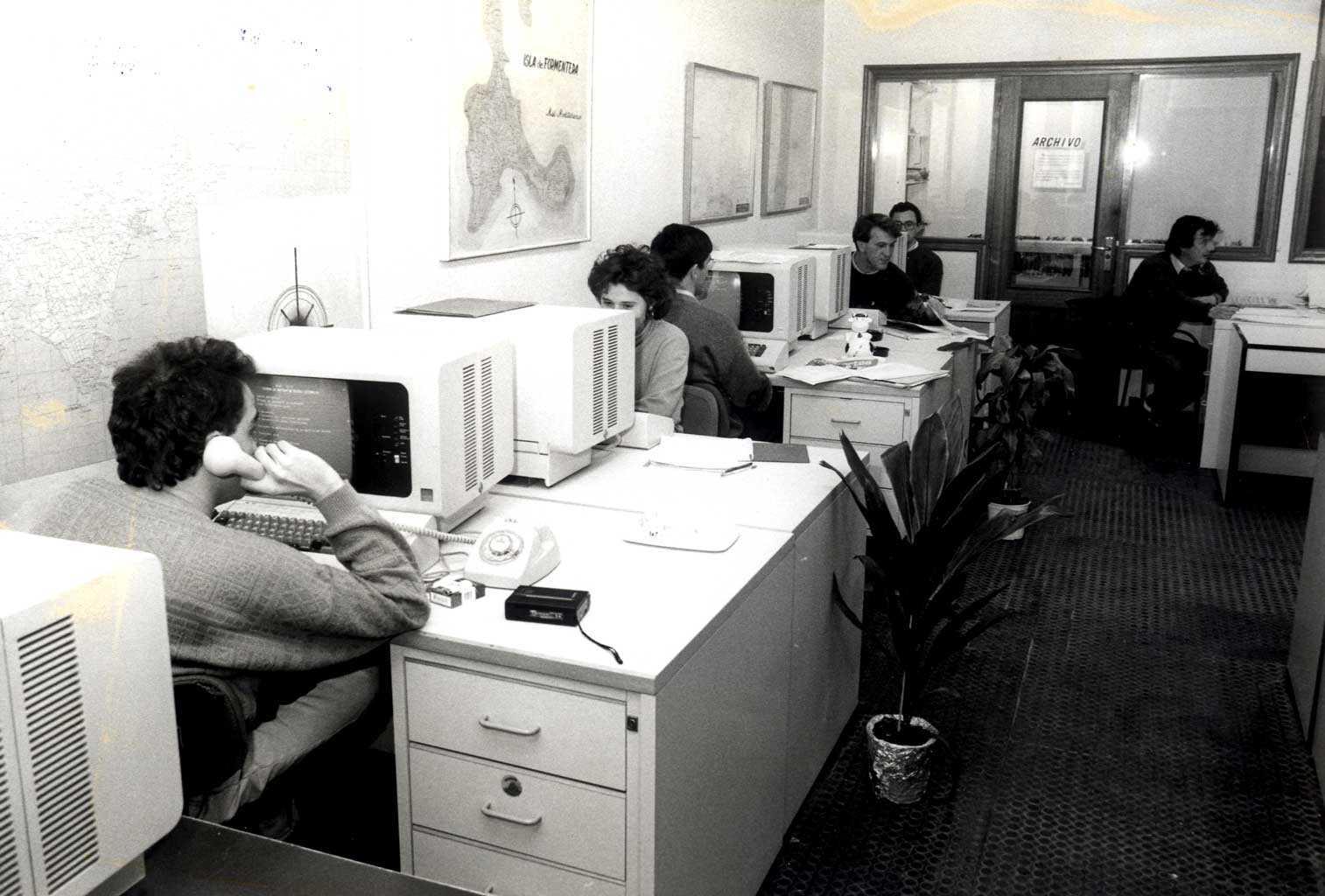 La redacción de la Vía Púnica, con los primeros ordenadores. DI